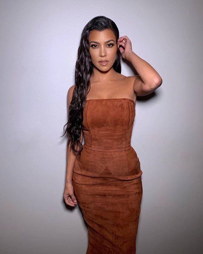 Chị cả nhà Kardashian thường ăn sáng vào khoảng 8 - 9h sáng, sau 18h chỉ uống nước. Phương pháp Kourtney Kardashian áp dụng tương tự với chế độ nhịn ăn gián đoạn 16:8. Tuy nhiên, cô 'nới lỏng' cho bản thân khi có những ngày chỉ nhịn 14 tiếng.
