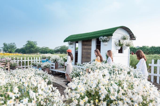Bên cạnh đó, chủ vườn cũng thiết kế một vài tiểu cảnh như ngôi nhà gỗ, ngôi nhà trắng mành trúc hay hàng rào trắng để tạo ra nhiều góc chụp mới lạ.