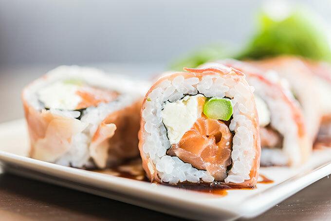 Sushi cơm cuộn cá hồi của NhậtBản. Ảnh: freepik.