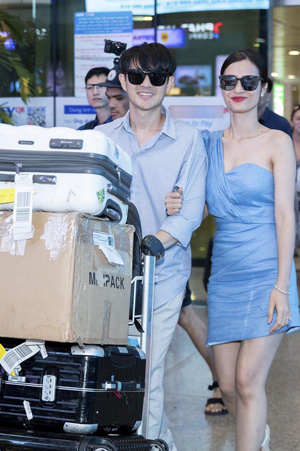 Cặp đôi diện trang phục màu xanh đồng điệu. Đông Nhi liên tục khoác tay ông xã khi đi ra khu vực đón xe.