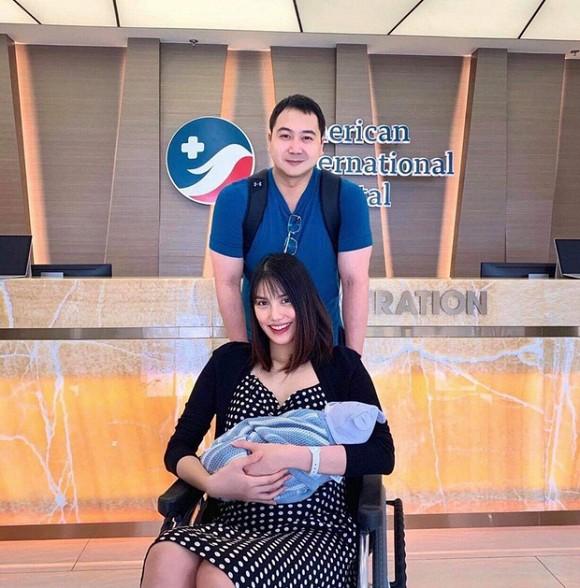 Lan Khuê xuất hiện xinh đẹp cùng ông xã và con trai sau ba ngày sinh con