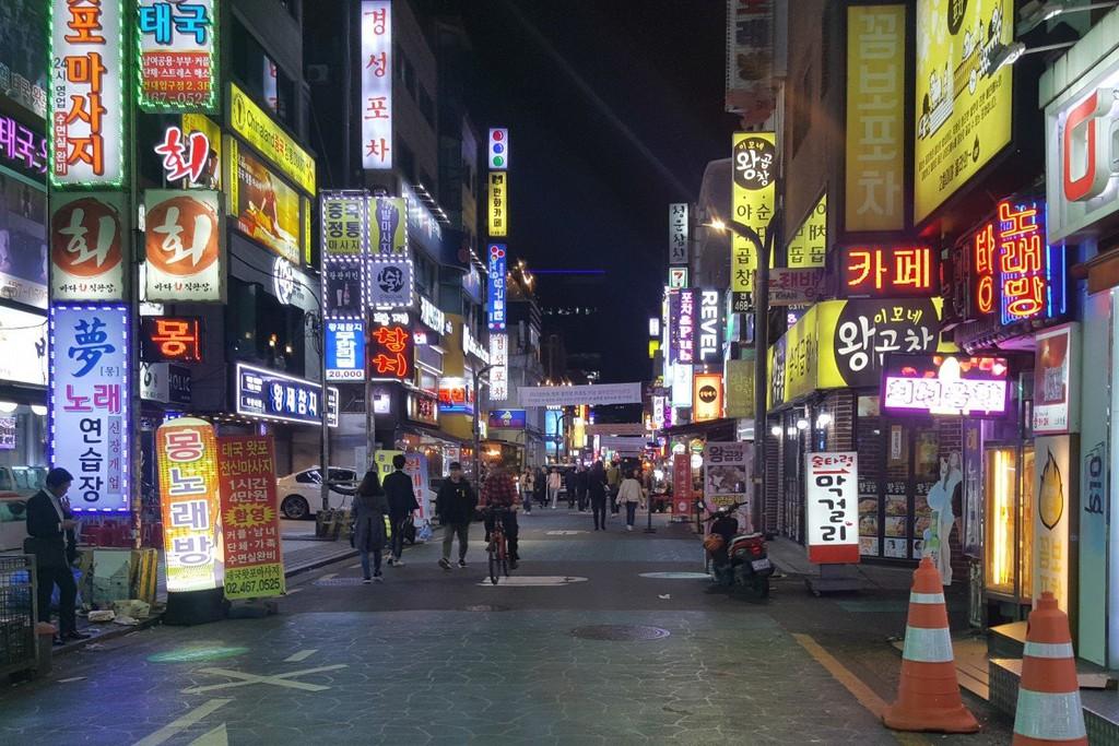 """""""Ngõ ẩm thực"""" gần đại học Konkuk, Seoul. Ảnh: David Lee."""