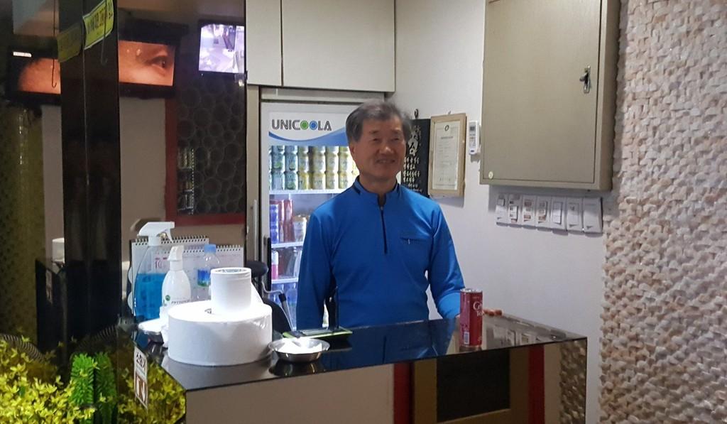 Min Heung-ki - một chủ sở hữu noraebang ở Seoul. Ảnh: David Lee.
