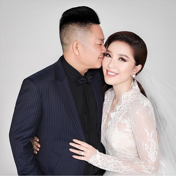 Doanh nhân Phan Lĩnh hôn vợ trong ảnh cưới.