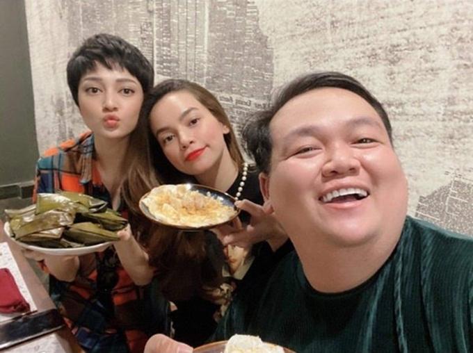 Đi diễn tại Quảng Bình, ca sĩ Bảo Anh và Hồ Ngọc Hà tranh thủ đi ăn bánh bèo, bánh lọc.