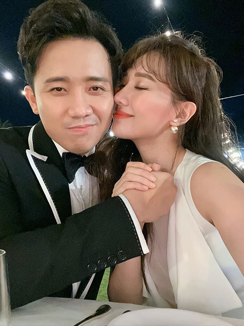 """Trấn Thành trêu bà xã Hari Won: """"Người ta làm đám cưới lớn quá! Nó chơi tới Phú Quốc luôn vợ ơi. Mình mà lết qua được 10 năm mình làm cái hấp hôn ra tới Bali hay Hawaii luôn nha?"""""""