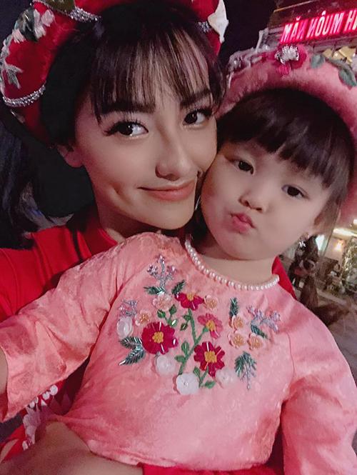Con gái Hồng Quế theo mẹ đi diễn.
