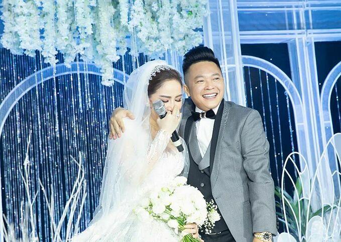 Bảo Thy xúc động bên ông xã Phan Lĩnh trong đám cưới.
