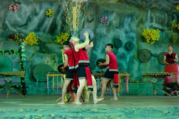 Chương trình biểu diễn văn nghệ, tái hiện lại những nghi lễ truyền thống của đồng bào địa phương. - Ảnh: ĐÌNH CƯƠNG