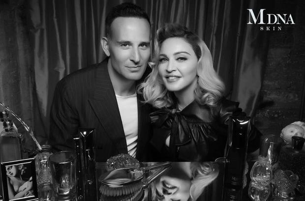Bác sĩ da liễu Paul Jarrod Frank chụp ảnh cùng Madonna
