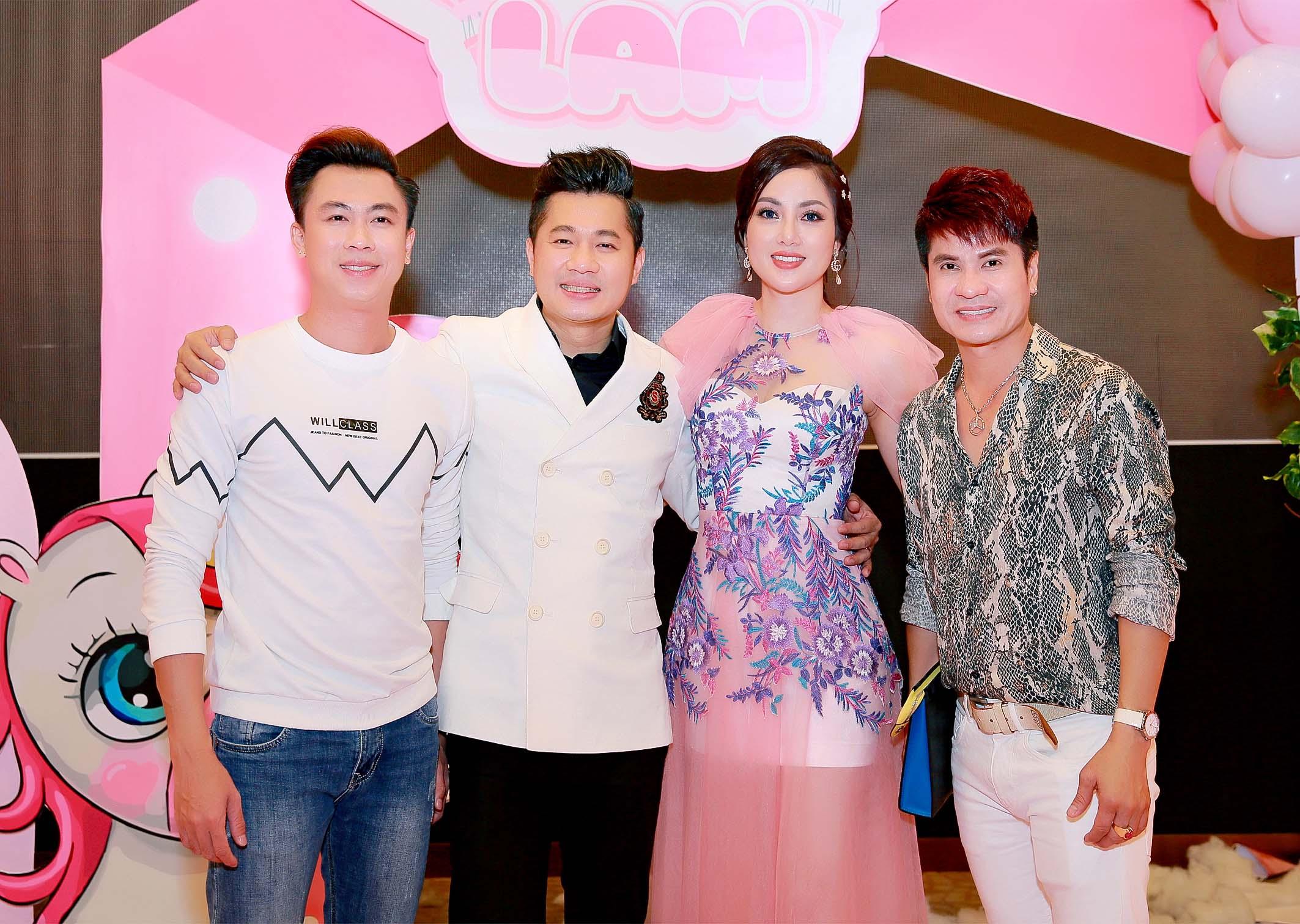 Ca sĩ Hồ Việt Trung (trái) đến chúc mừng thôi nôi con gái Lâm Vũ