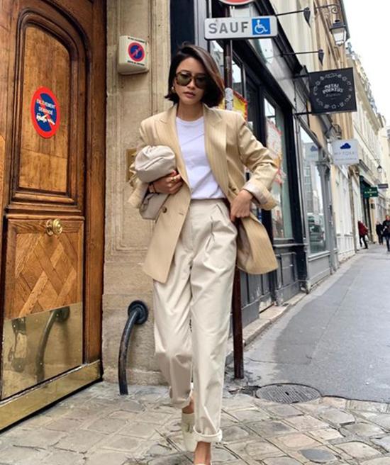 Nổi bật trong trào lưu ăn mặc thịnh hành ở mùa mốt năm nay là sự xuất hiện của mẫu túi The Pouh đến từ thương hiệu Bottega Venetta.