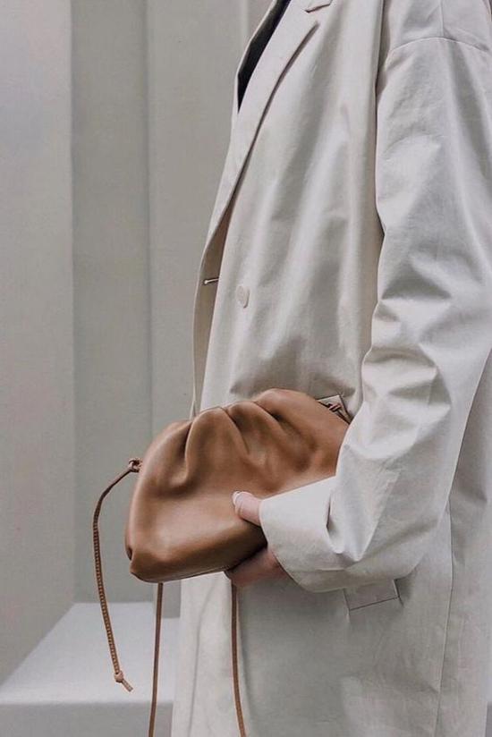 Bên cạnh phom túi cỡ trung, Boyyega Venetta còn giới thiệu thêm các kiểu túi midi trang trí dây đeo chéo giúp phái đẹp có thêm nhiều sự lựa chọn để mix đồ hợp mốt.