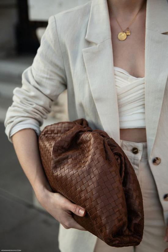 Clutch da đan tông nâu trầm ấm dễ tạo nên nét hoà hợp với các set đồ tông màu trung tính.