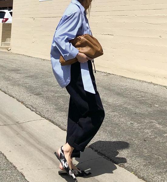 Set đồ sơ mi dáng rộng, quần âu của chị em công sở sẽ trở nên hút mắt hơn khi được mix thêm kiểu túi hot nhất mùa thời trang 2019.