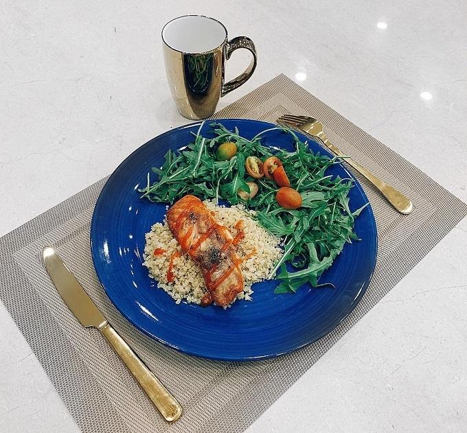 Quinoa được Lan Khuê ăn kèm cá hồi áp chảo bơ tỏi, salad arugula.