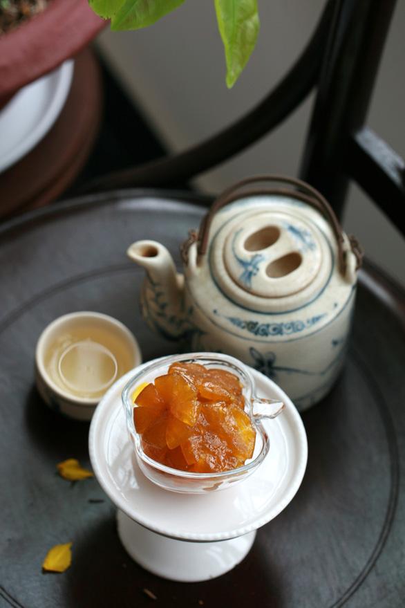 Thưởng trà với mứt tắc ngày tết - Ảnh: CHÁNH NIỆM