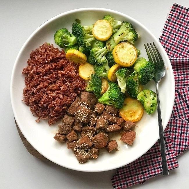Eat Clean cho phép ăn đầy đủ các nhóm dinh dưỡng, ưu tiên ngũ cốc nguyên cám.