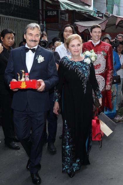 Lễ đón dâu diễn ra theo nghi thức truyền thống Việt Nam. Chú rể và mẹ đều mặc áo dài bên cạnh bố (trái). Từ 7h30, đoàn nhà trai có mặt ở nhà gái.