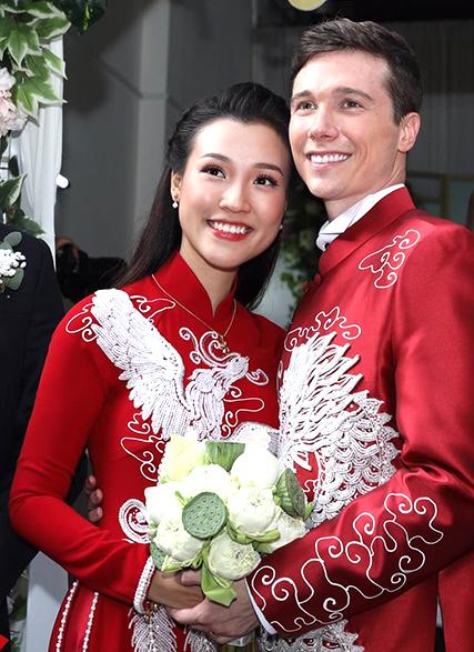 Tối 30/11, cả hai cùng nhập viện vì sốt siêu vi. May mắn, họ kịp phục hồi sức khỏe. Anh Jack Kevin Cole cầm hoa sen, loài hoa Hoàng Oanh yêu thích nhất.