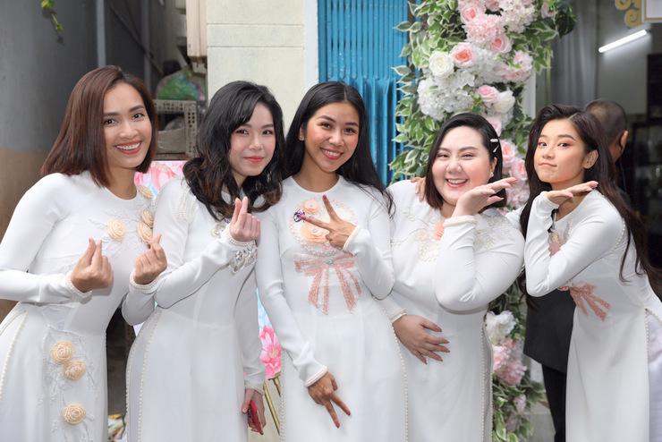 Dàn phù dâu gồm Ái Phương (trái), Hoàng Yến Chibi (phải) và những bạn thân của Hoàng Oanh. Trong lễ vu quy, có lúc họ khóc vì xúc động chứng kiến hạnh phúc của bạn.