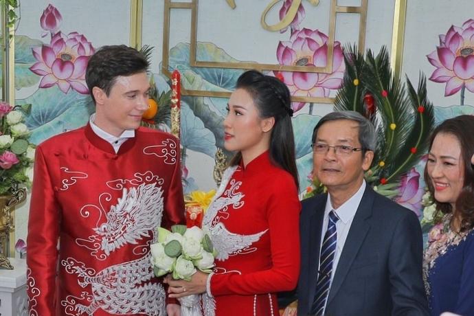 Nữ diễn viên xúc động nhận hoa cưới từ chú rể. Cả hai làm bạn gần một năm trước khi hẹn hò. Họ cùng nhau vượt qua khoảng cách địa lý khi yêu xa. Mỗi tháng, Hoàng Oanh và Jack gặp nhau một, hai lần ở Việt Nam hoặc Singapore, nơi anh đang làm việc.