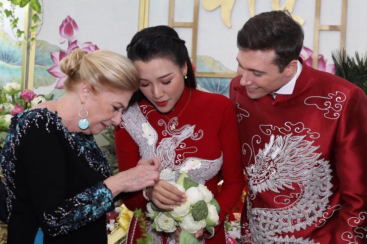 Mẹ chồng tặng trang sức cho con dâu. Gia đình anh Cole thích thú khi trải nghiệm lễ cưới theo phong tục truyền thống của người Việt.