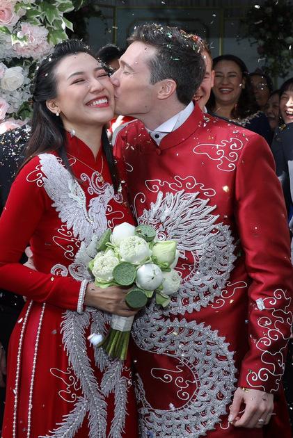 Hoàng Oanh rạng rỡ bên chồng.