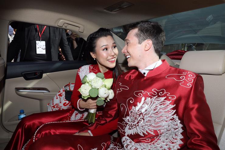 Sau lễ vu quy ở nhà gái, họ tổ chức tiệc cưới chiều cùng ngày tại quận 7.