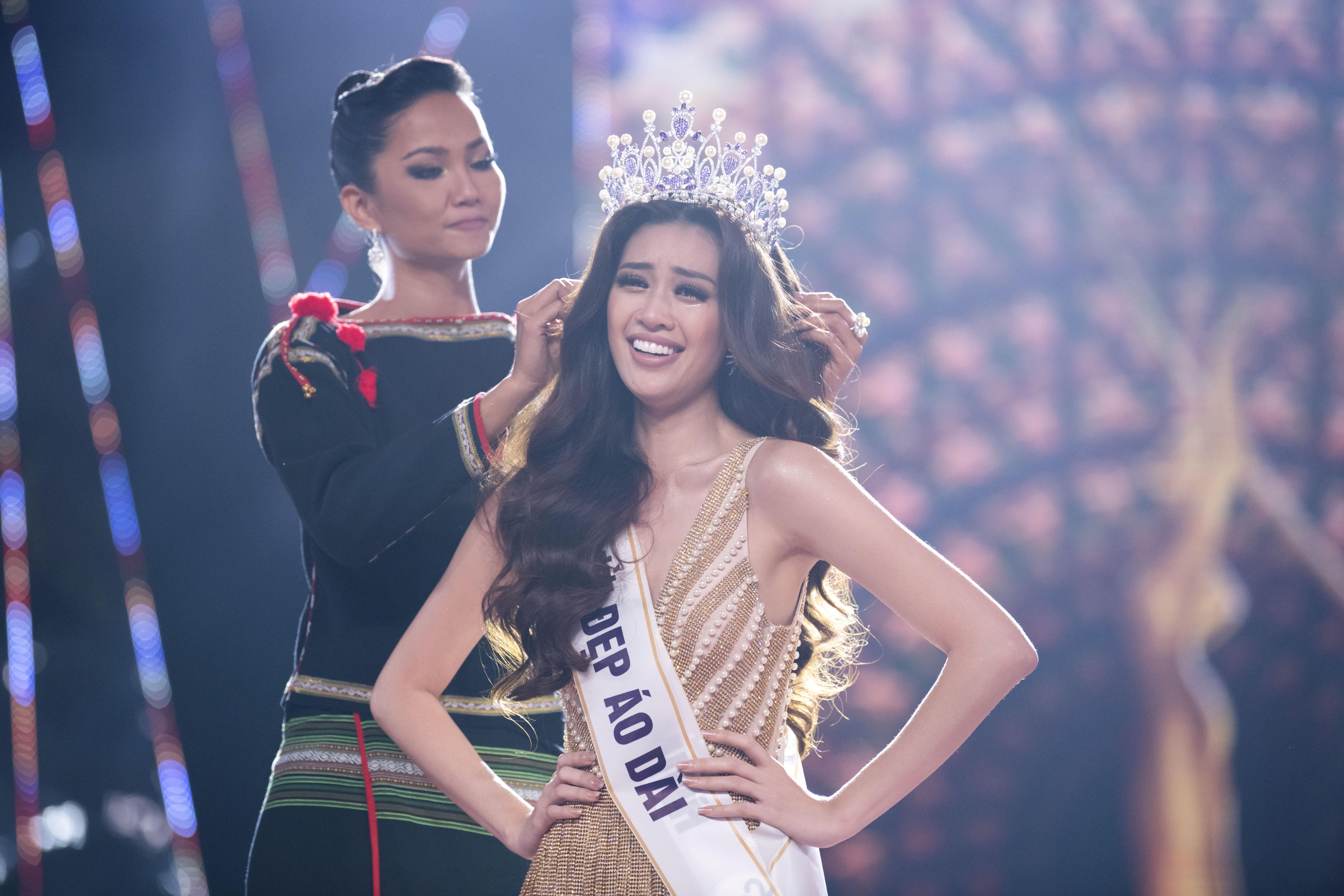 H'Hen Niê trao lại vương miện cho Tân Hoa hậu Nguyễn Trần Khánh Vân