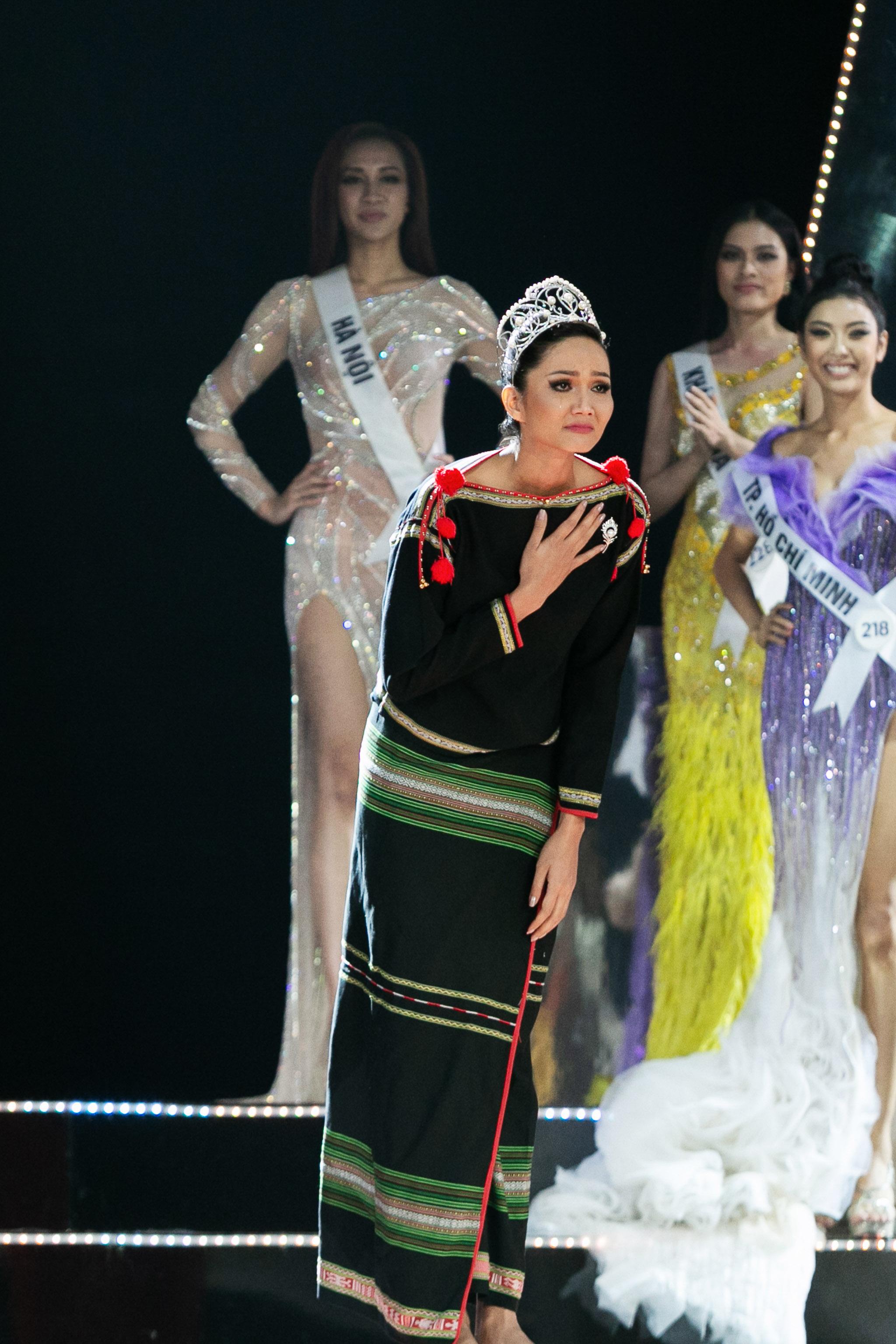 Hoa Hau HHen Nie_Final Walk (21)