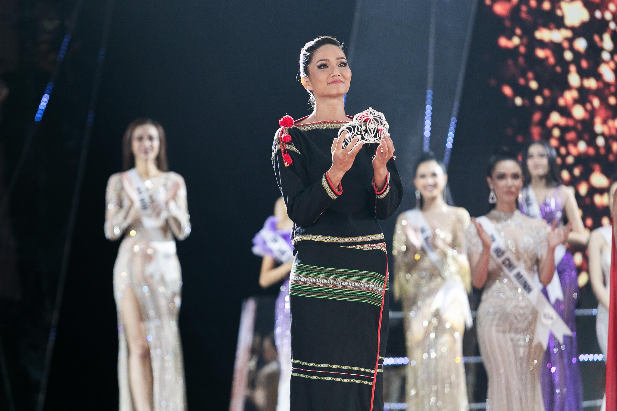 H'Hen Niê trong trang phục dân tộc Ê-đê, đi chần trần trên sân khấu Chung kết Hoa hậu Hoàn vũ Việt Nam 2019