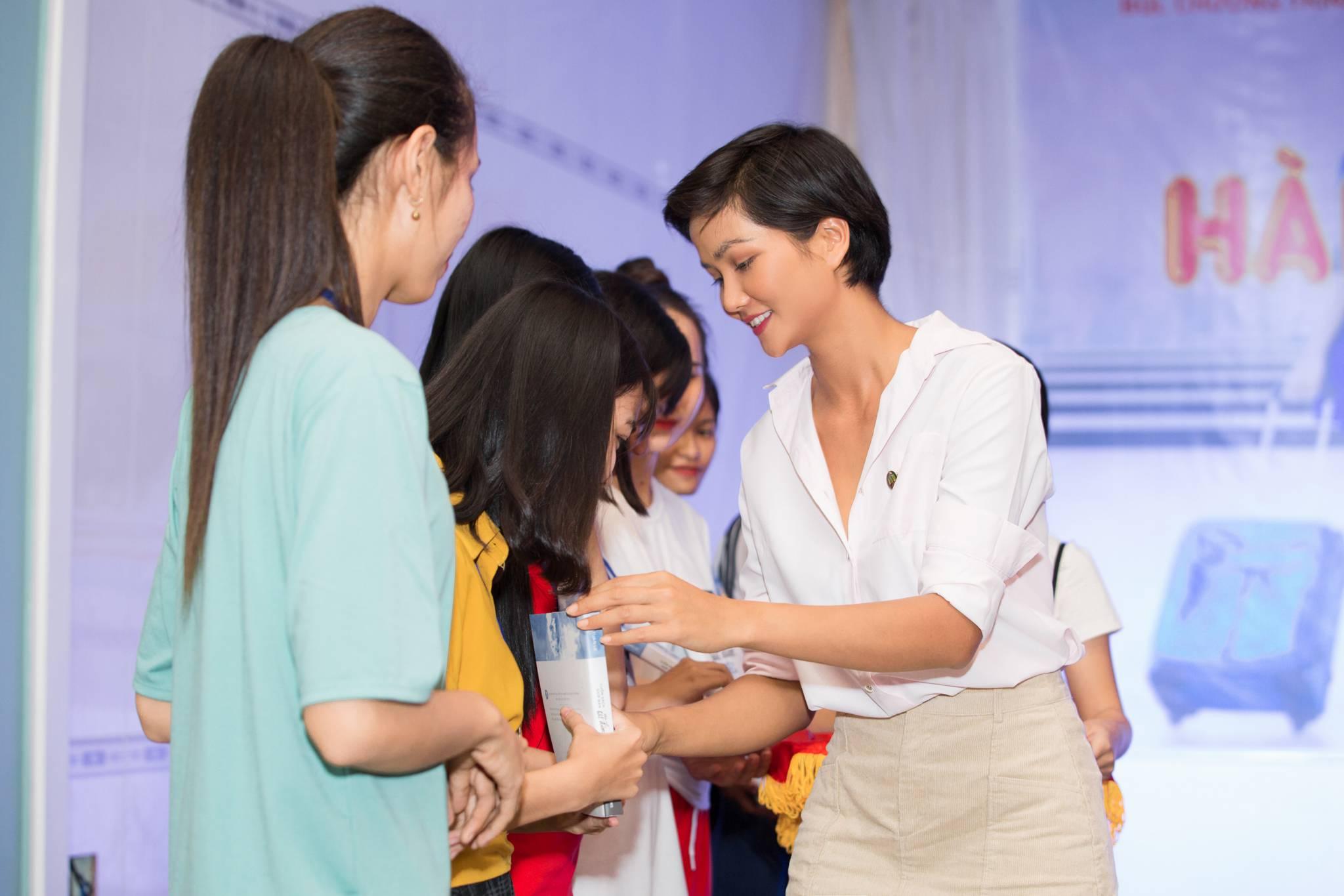 Hoa Hau HHen Nie_Tham gia trai he nu sinh tai Vinh Long (1)