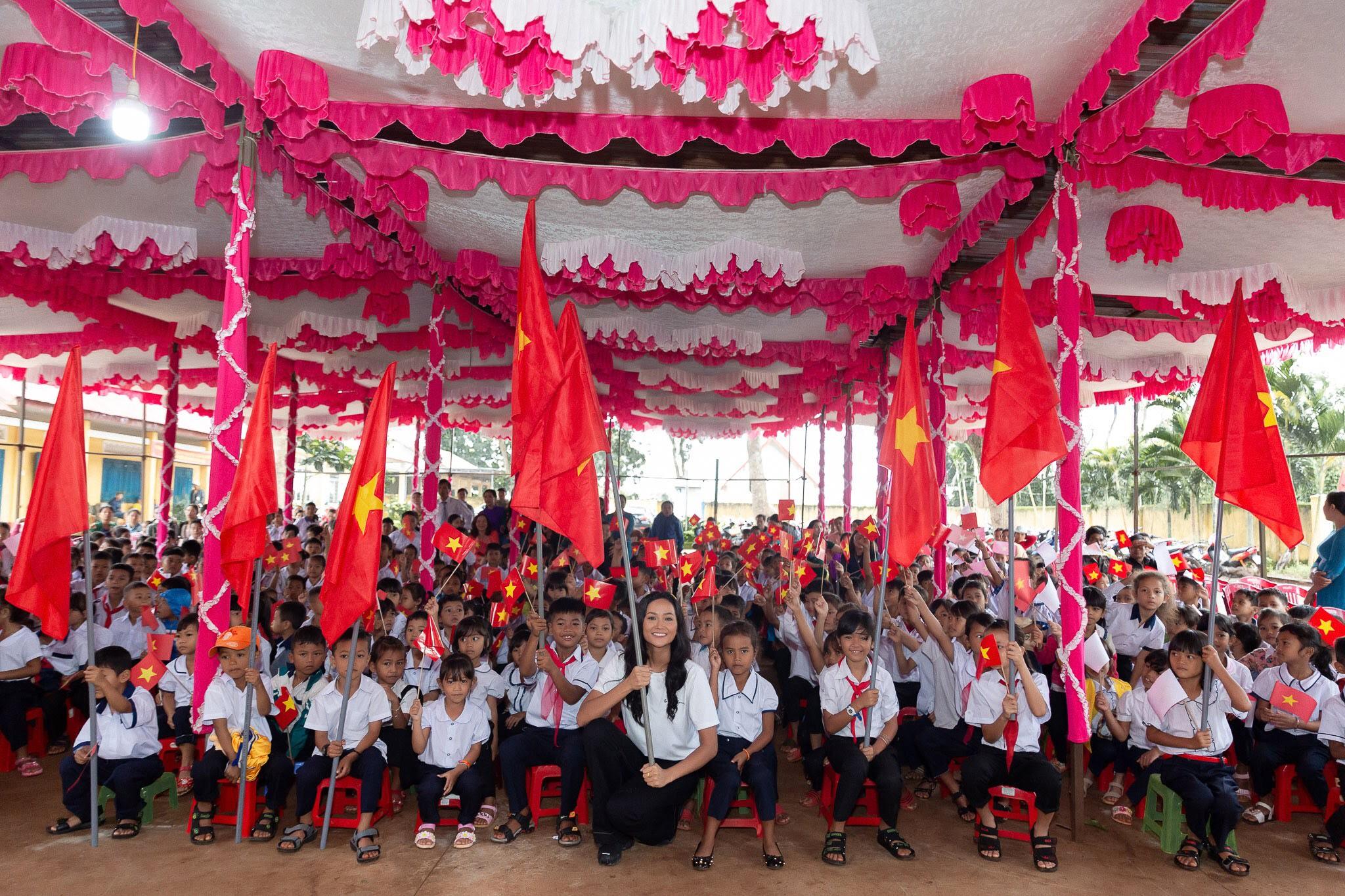 Hoa hau HHen Nie_Xay dung thu vien Room To Read tai Dak Lak (5)