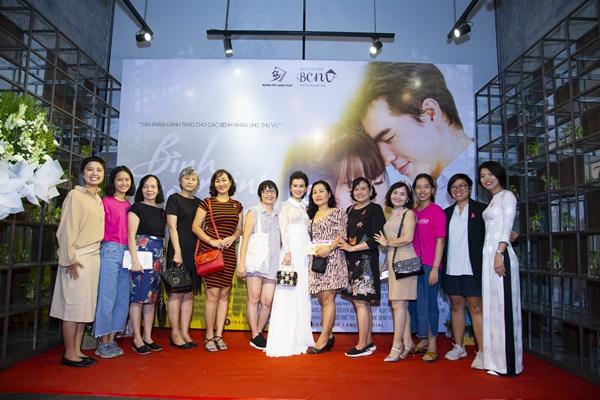Các khách mời và bệnh nhân ung thư đến dự buổi ra mắt phim