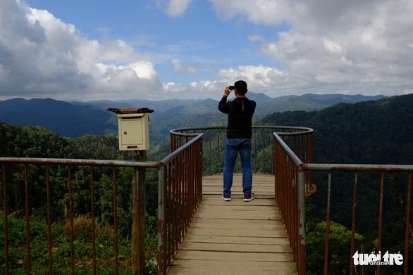 Du khách chụp ảnh tại điểm dừng chân - Ảnh: TẤN LỰC