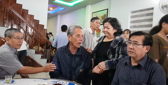 Người thân và đồng nghiệp cô Nguyễn Thị Bảo Linh chia buồn với cha của cô (thứ 2 từ trái sang) - Ảnh: DUY THANH