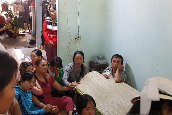 Mẹ ngất, cha thẫn thờ bên thi thể em Lê Thị Tiến - Ảnh: DUY THANH
