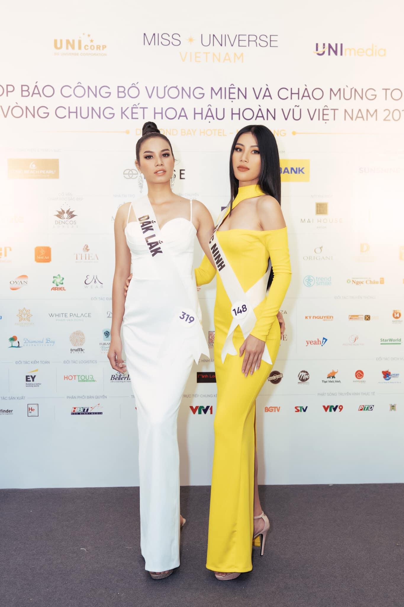 Các thí sinh Hoa hậu Hoàn vũ Việt Nam 2019 vui vẻ chụp hình bên nhau