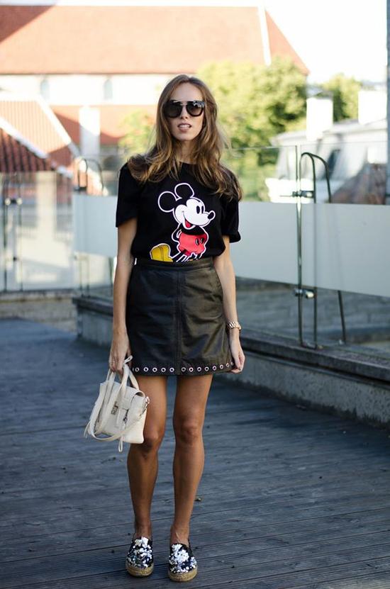 1.Phối đồ cùng áo chuột Mickey