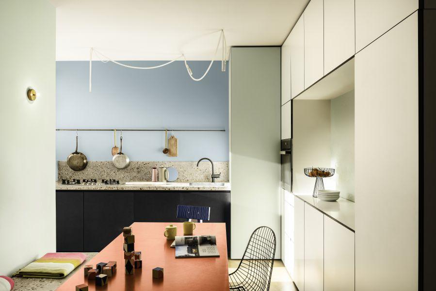 Không gian nhà bếp được tô điểm bởi bảng màu Năng Động trở nên ấm cúng và đầy cảm hứng