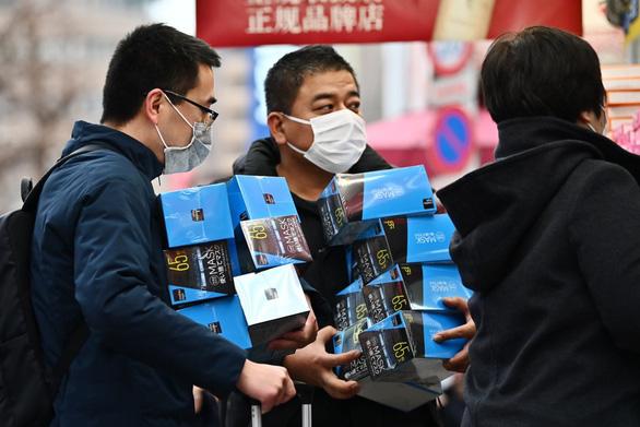 Khách gom hàng khẩu trang ở Tokyo, Nhật Bản - Ảnh: AFP