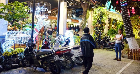 Xe máy thưa thớt bên ngoài một nhà hàng trên đường 3 Tháng 2, Q.Hải Châu (Đà Nẵng) tối 6-1 - Ảnh: T.LỰC