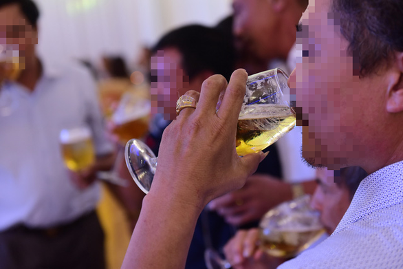 Thực khách uống bia trong tiệc cưới ở thành phố Biên Hòa, tỉnh Đồng Nai - Ảnh: QUANG ĐỊNH