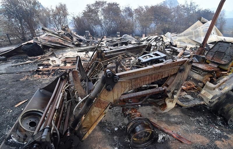 Nhà cửa và phương tiện bị tàn phá sau cháy rừng tại bang New South Wales, Australia ngày 6/1/2020.
