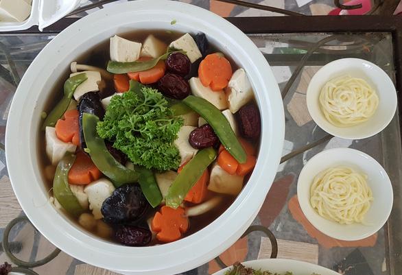 Súp nấm đông cô, nấm hương và các loại rau củ, đậu hũ - Ảnh: THU NGUYỄN
