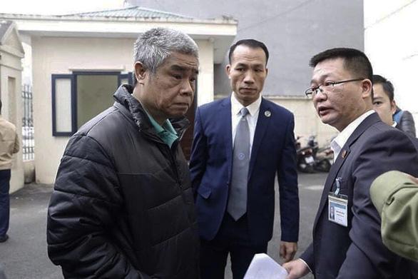 Bị cáo Doãn Quý Phiến (trái) đến tòa - Ảnh: DANH TRỌNG