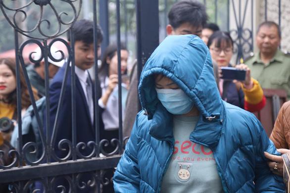 Bị cáo Nguyễn Bích Quy bịt khẩu trang khi vào tòa - Ảnh: DANH TRỌNG