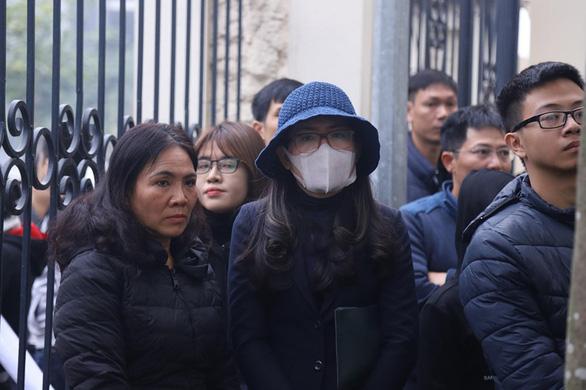 Bị cáo Nguyễn Thị Thủy (đội mũ, bịt khẩu trang) đến tòa - Ảnh: DANH TRỌNG