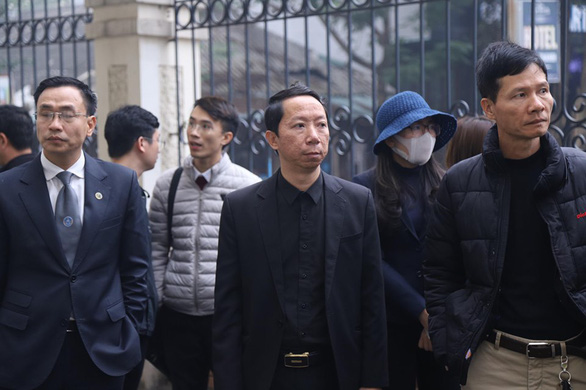 Bố của nạn nhân (giữa) đến tham dự phiên tòa - Ảnh: DANH TRỌNG